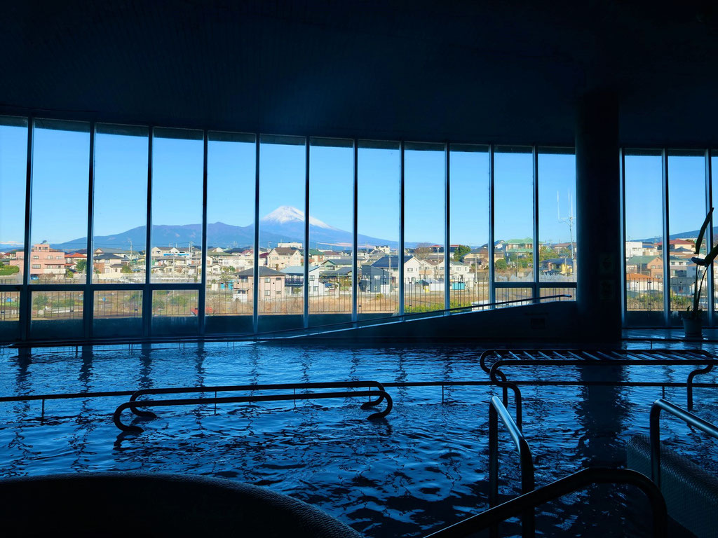 心地よくリフレッシュできる温泉プール