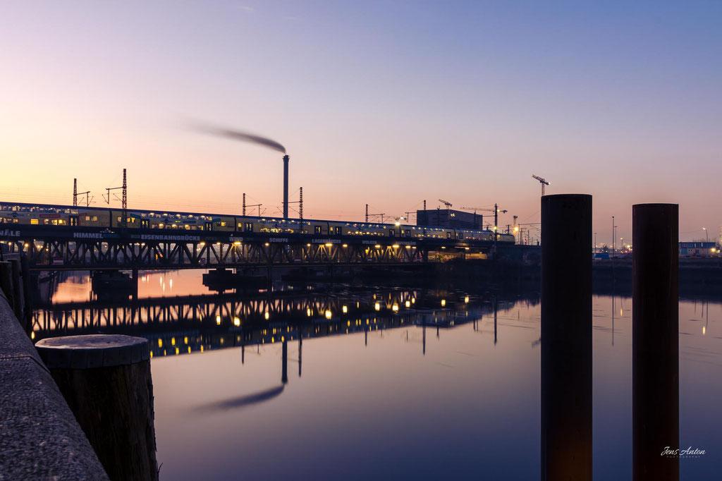 Hamburg Oberhafenbrücke mit spiegelnder Wasseroberfläche
