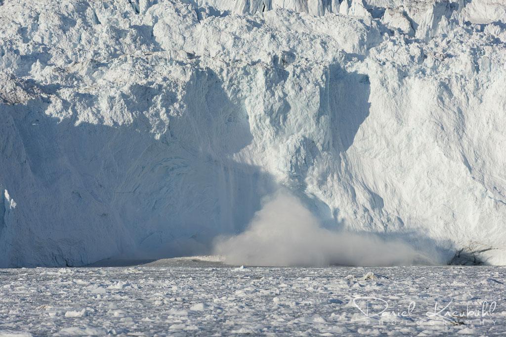 Abbruch am Eqi Gletscher - tosende Menge fällt in den Fjord und löst die Welle aus