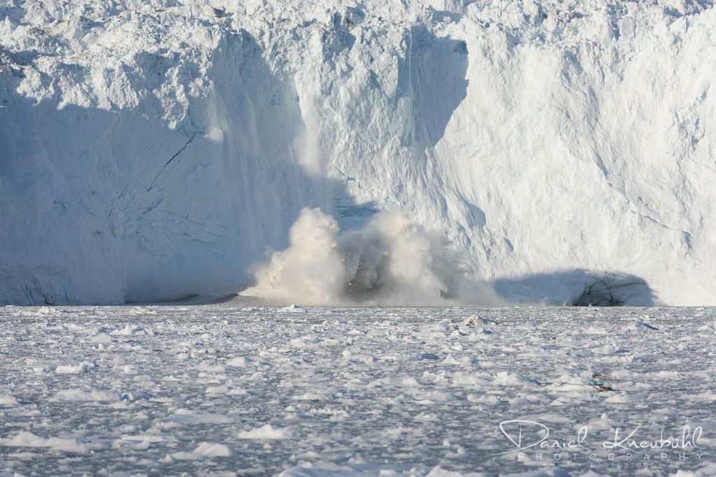 Abbruch am Eqi Gletscher - links im Schatten tut sich aber noch mehr...