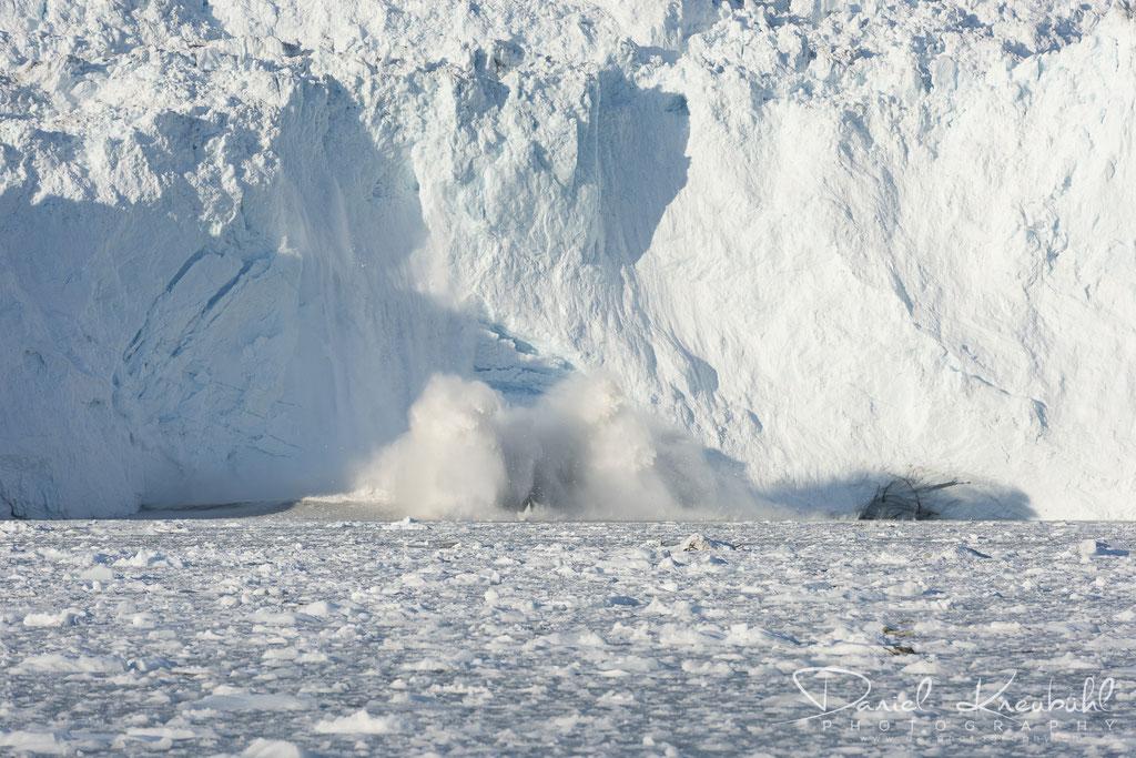 Abbruch am Eqi Gletscher -links im Schatten löst sich langsam ein riesiges Stück Eis