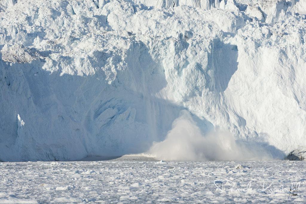 Abbruch am Eqi Gletscher - immer mehr löst sich dieser Teil von der Wand ab...