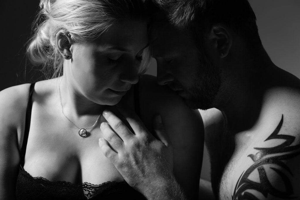 Romantisches Fotoshooting für Paare mit einem Hauch von Erotik beim Aktfotograf aus Erlangen - nude Paare