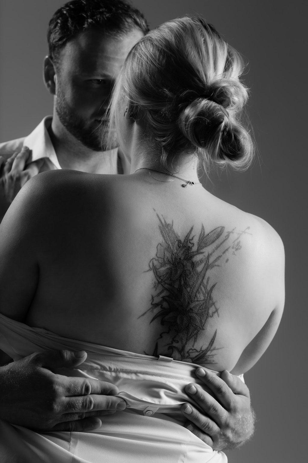 Verliebtes Pärchen beim erotischen Fotoshooting beim Aktfotograf in Erlangen