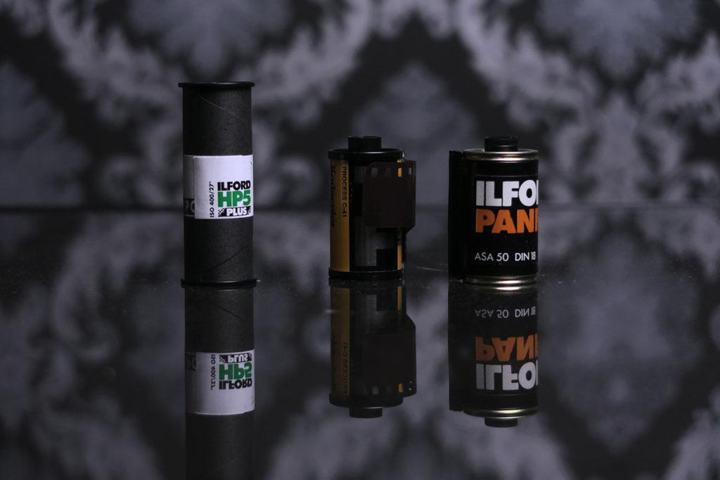 Größenvergleich der aufgespulten Filmrollen. 120er Rollfilm (links) und 35mm Kleinbildfilm (mitte, rechts)