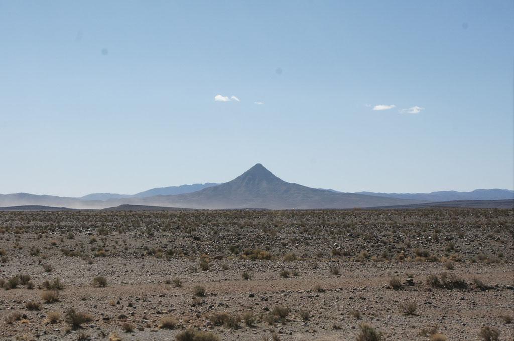 """Der """"Spitzberg"""" kann bestiegen werden und oben gibt es ein Plateau von 4 m auf dem gecampt werden kann, Wir habens nicht nachgeprüft."""