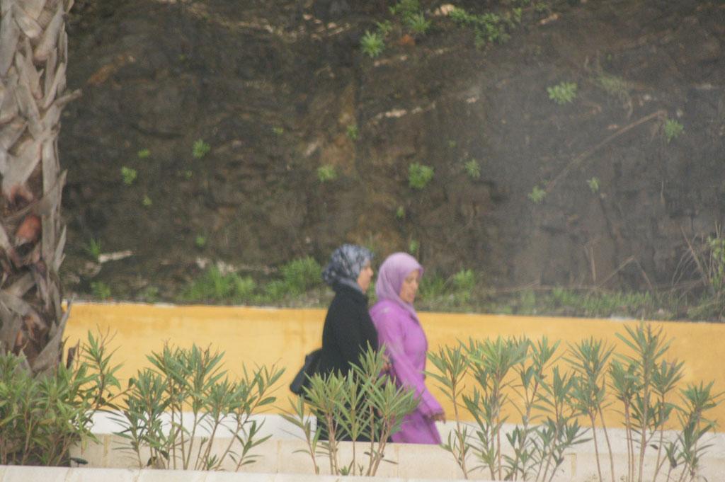 Am Morgen eine Völkerwanderung von Frauen Richtung Stadt