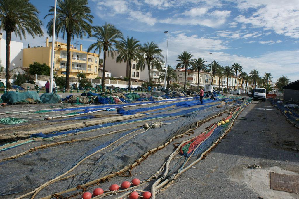 Die Netze werden ausgelegt, damit sie richtig zusammengelegt werden können