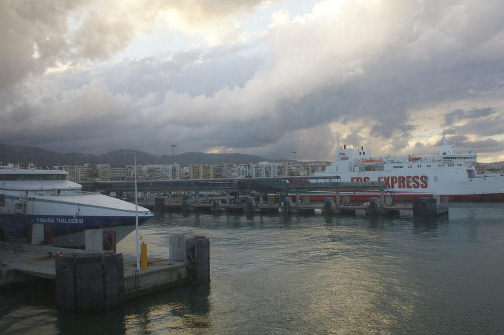 Ankunft in Ceuta. Man beachte den Himmel