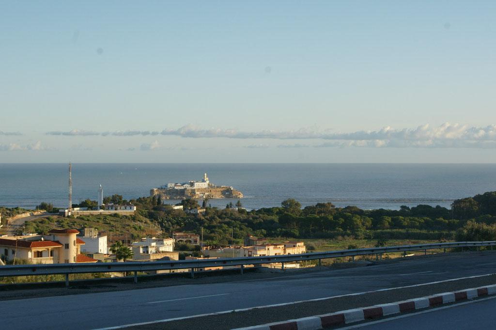 Vor der Küste die direkt von Madrid verwaltete spanische Insel Penon de alhoceima