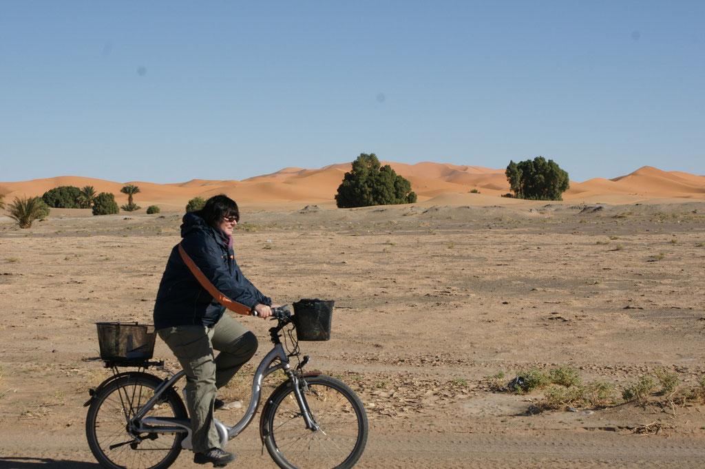 Dem Erg Chebbi entlang mit dem Fahrrad