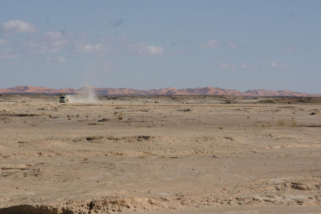 Ein Lastwagen braust über den Salzsee