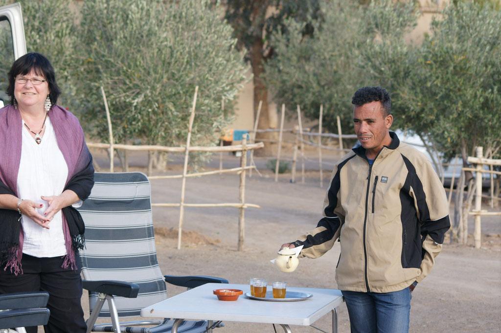 Hassan kredenzt uns zur Begrüssung Tee