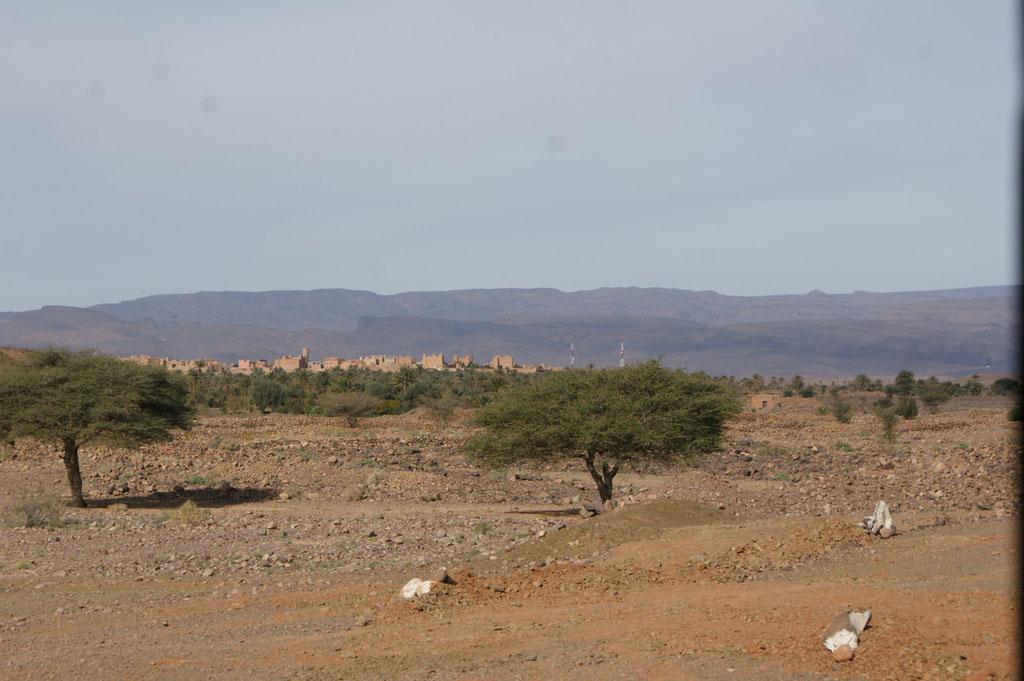 Im Hintergrund ist Nkob zu sehen
