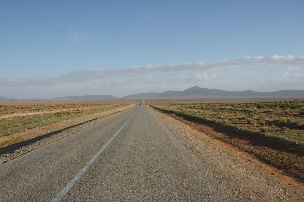 ganz weit im Hintergrund die Gebirgskette