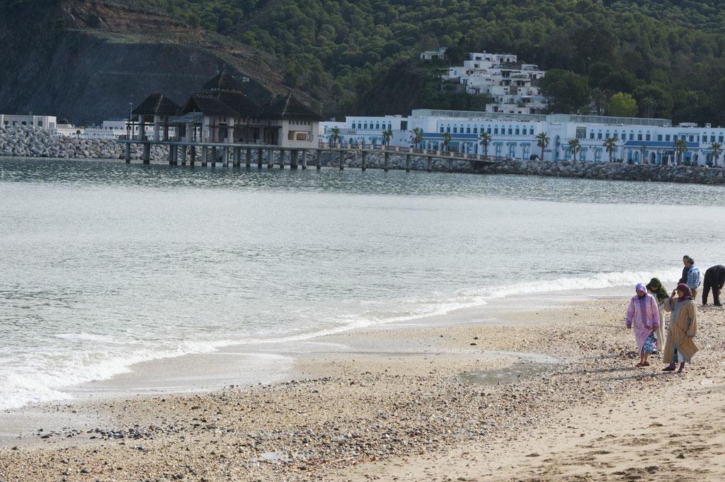 Junge Frauen am Strand von M'Diq
