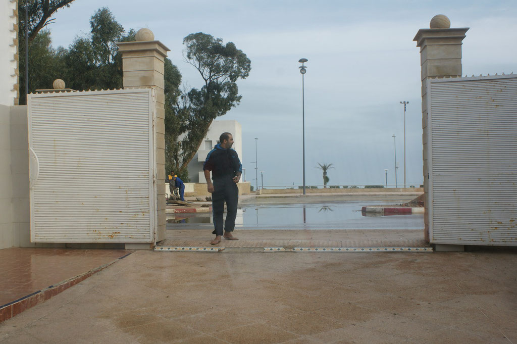 Unser Wächter öffnet das Tor.  Nur hier ist das Wasser noch nicht abgelaufen