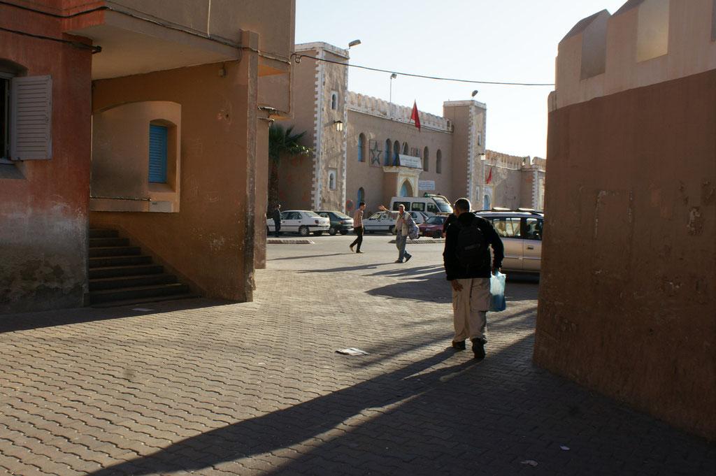 Das Gebäude hinten muss wichtig sein, Marokkanische Flagge!