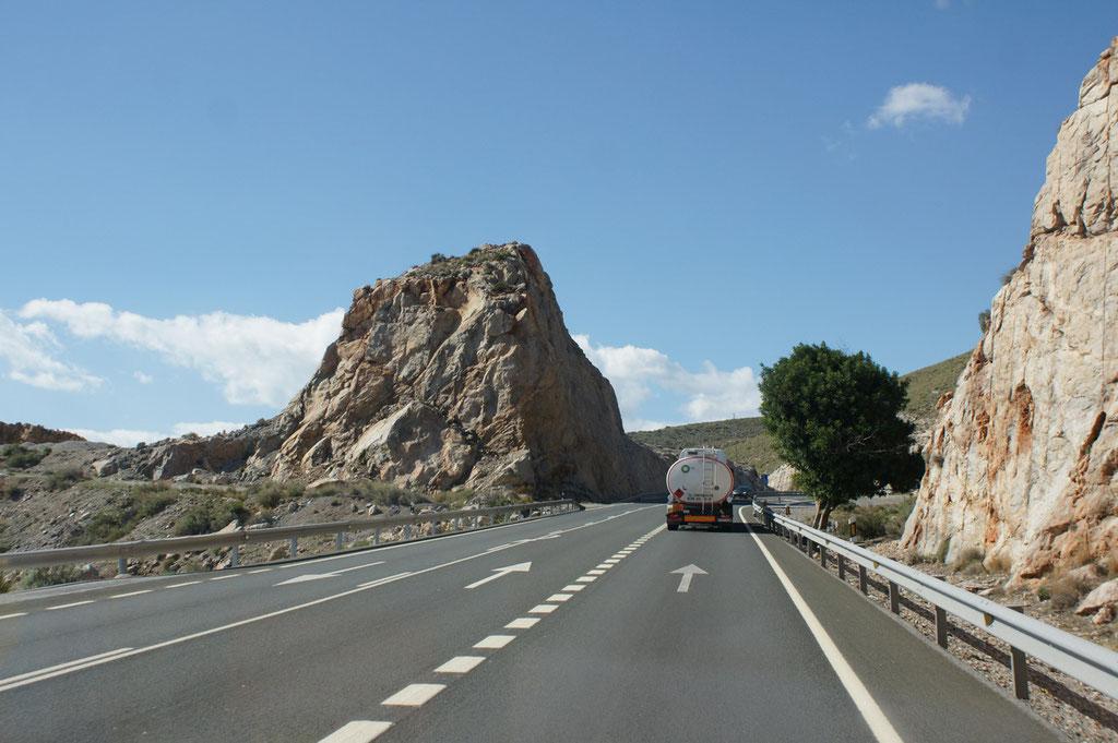 Die Lastwagenfahrer auch mit Gefahrengut nehmens nicht so gemütlich wie wir