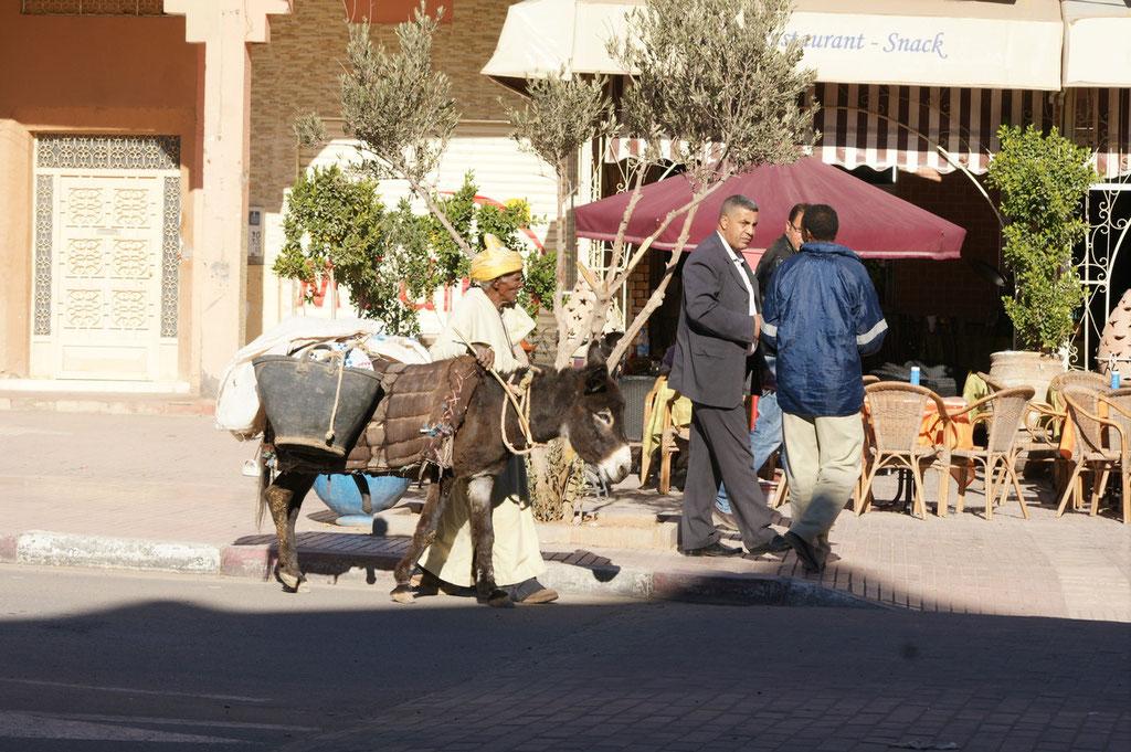 Wir warten auf die Pizza und der Mann mit dem Eselein versucht Säbel und anderes zu verkaufen