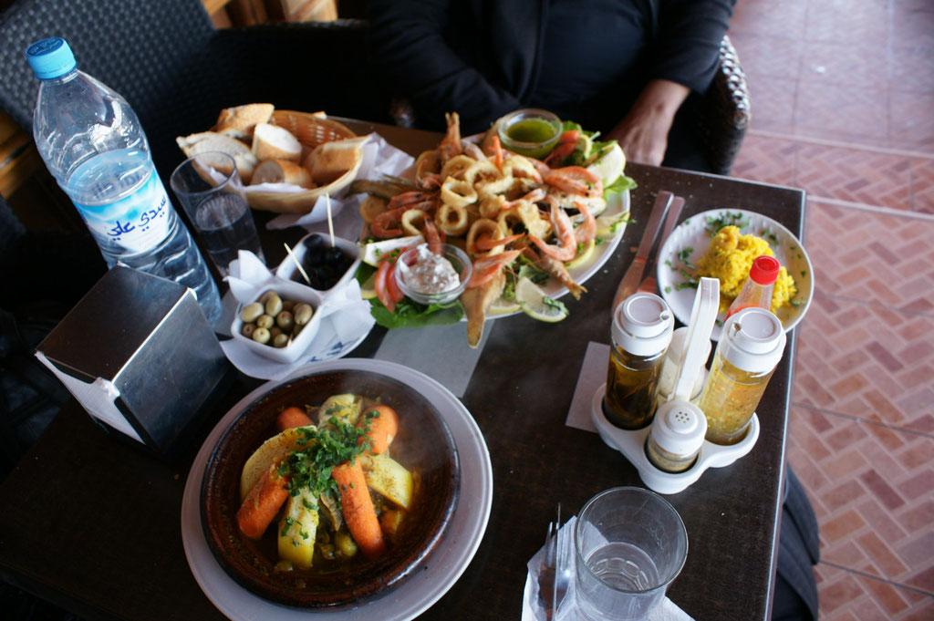 Man gönnt sich ja sonst nichts. Dazu marokkanischer Salat und Kaffe(21 Euro). Ganz schön teuer für hier. Aber lecker