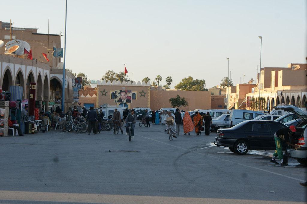 Ein grosser Platz innerhalb der Medina. Hinten der König auf dem Plakat