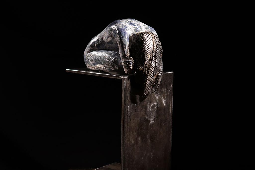 Sarah, céramique et acier, 19'' x 10'' x 9'' avec socle d'acier