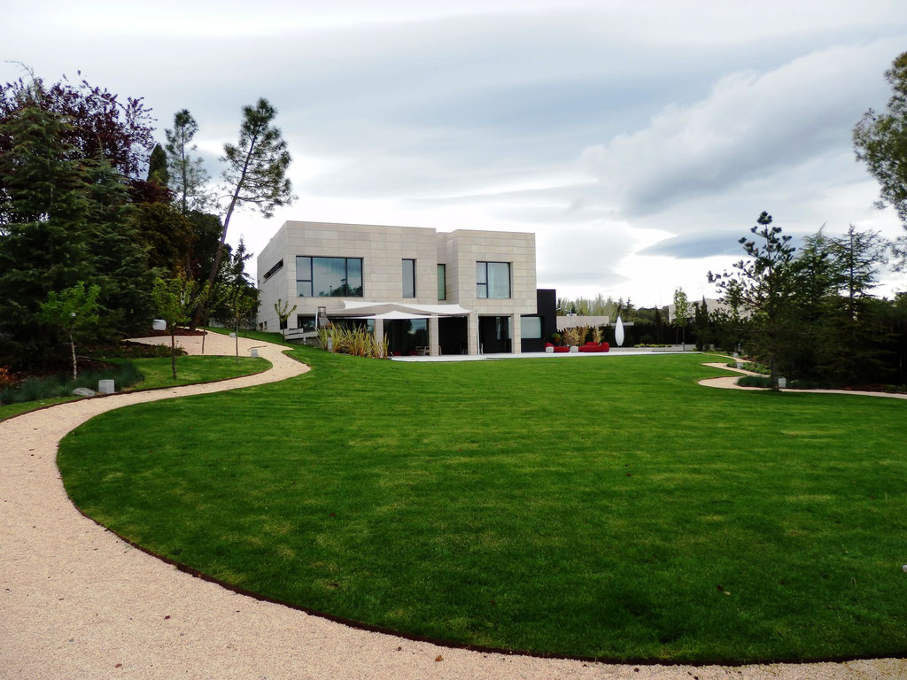 La casa desde el fondo del jardín