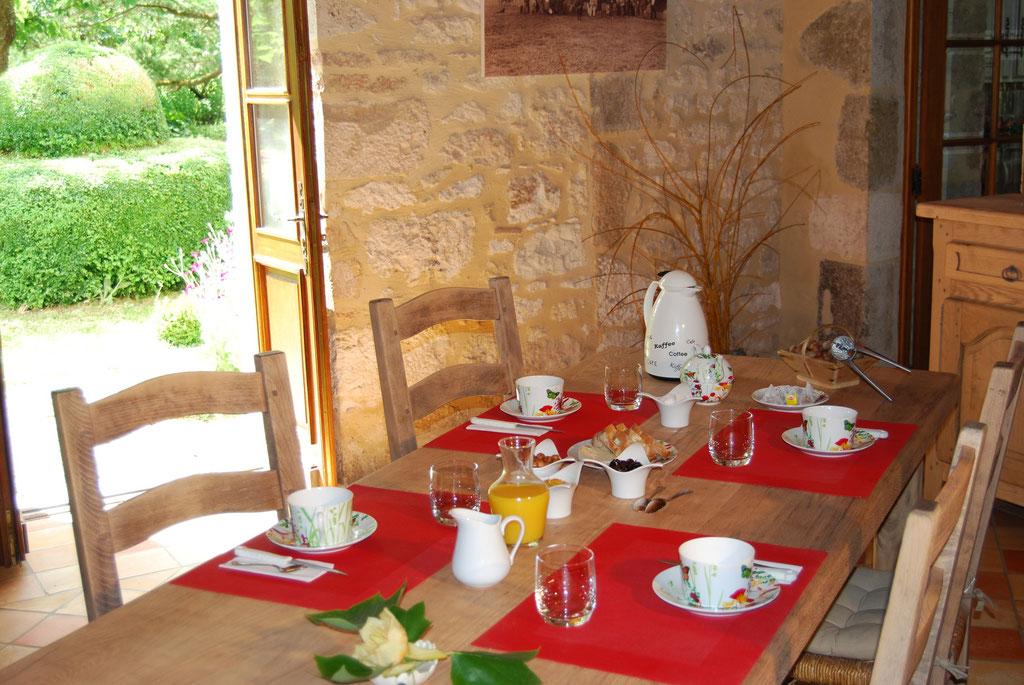 Petit déjeuner, confiture maison, café, thé chocolat, et la noisette du domaine