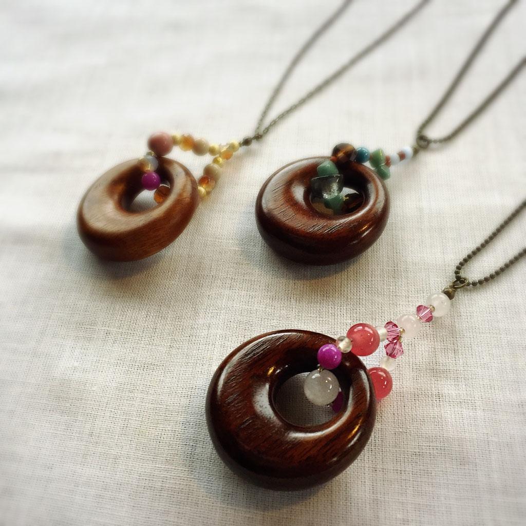 拭き漆の木の輪にビーズや半貴石を通したデザイン。繊細な留金もあえてしたのでう、着け易いです。