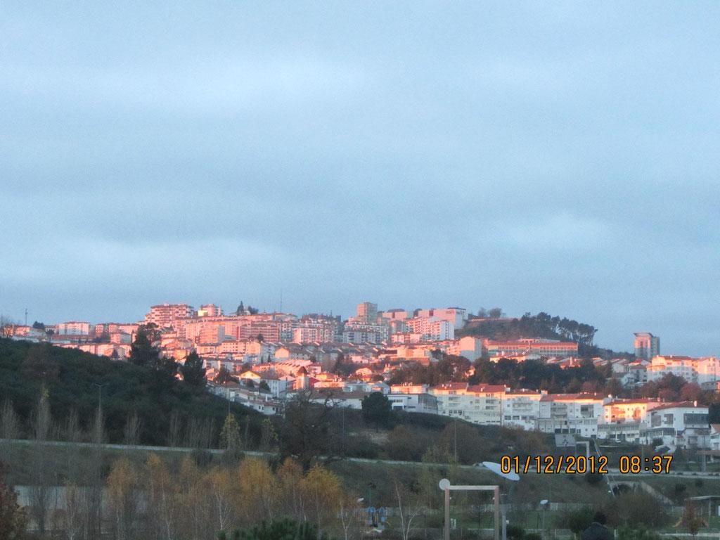 Blick auf Guarda an einem eisigkalten Morgen