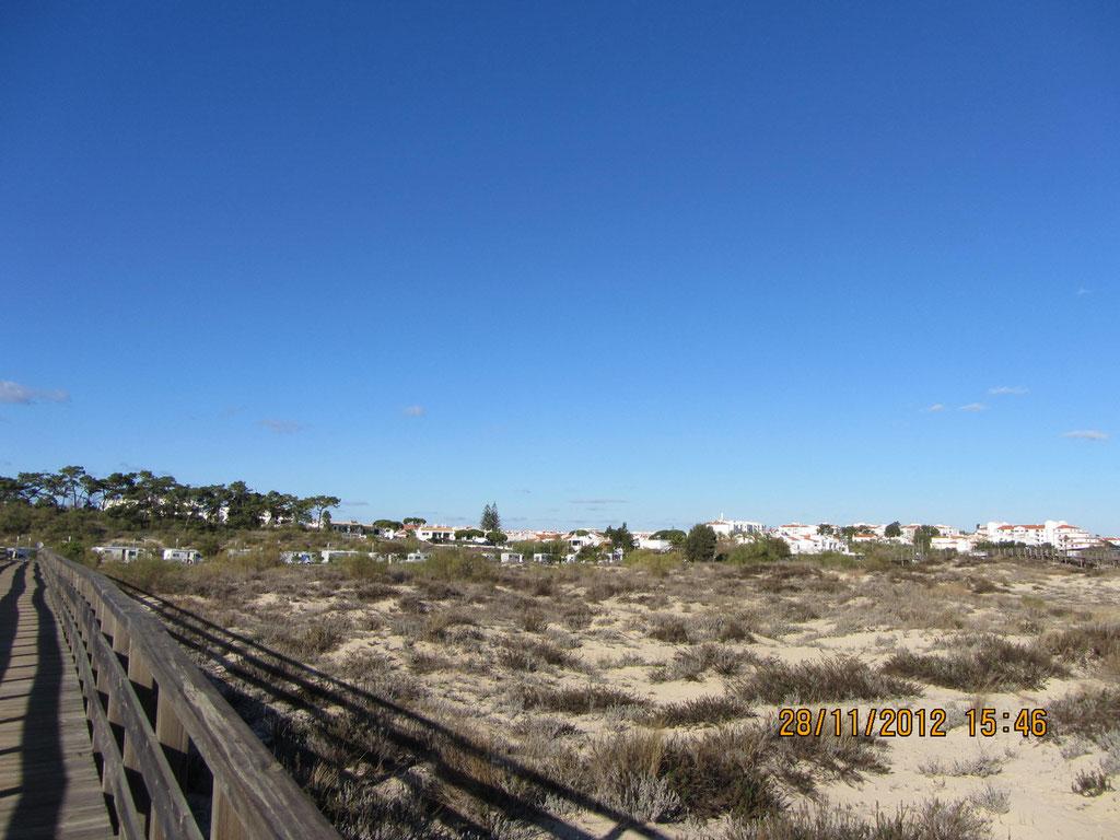 Blick vom Strand zum Stellplatz Manta Rota
