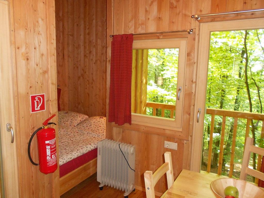 Baumhaus Freiraum, Bett innen. Bild: Baumhaushotel Solling.