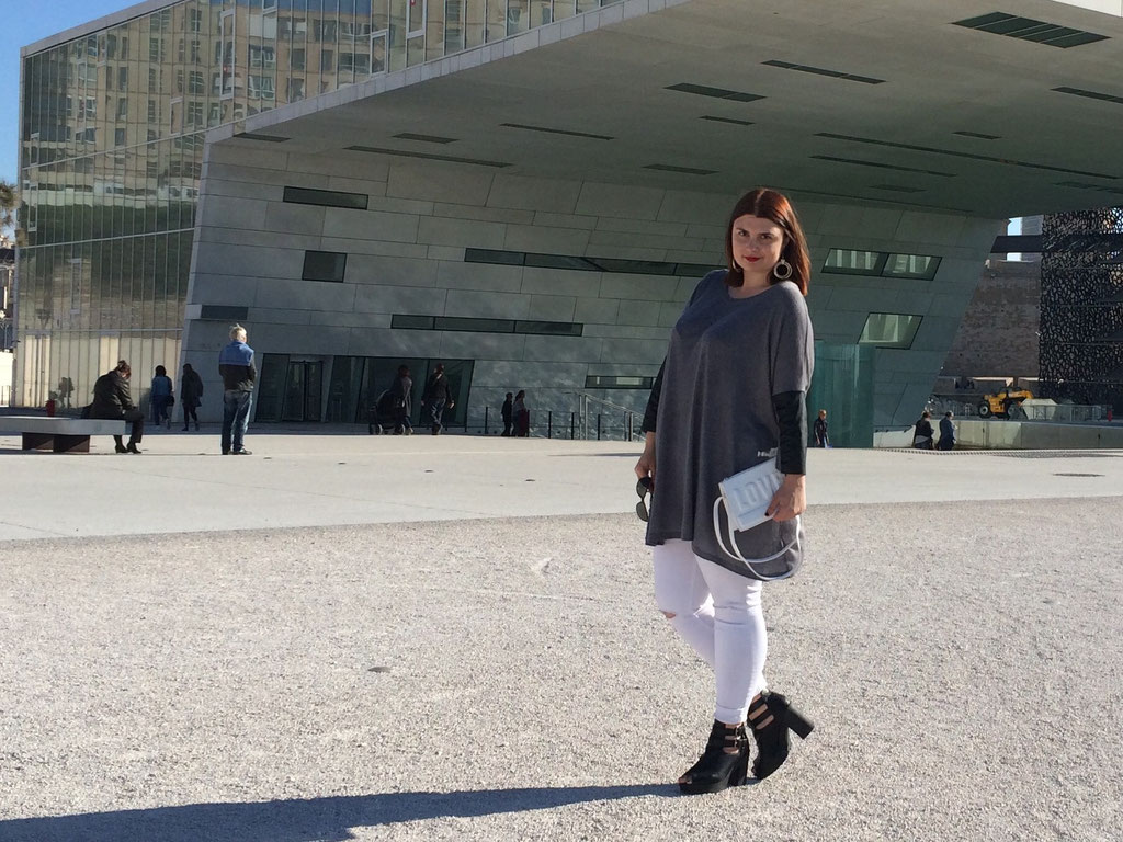 CHICWITHCURVES BLOG MODE MARSEILLE LOOK JEANS BLANC NEW LOOK BOTTINES NEW LOOK OUVERTE AU BOUT PULL LONG CUIR H&M POCHETTE PRIMARK