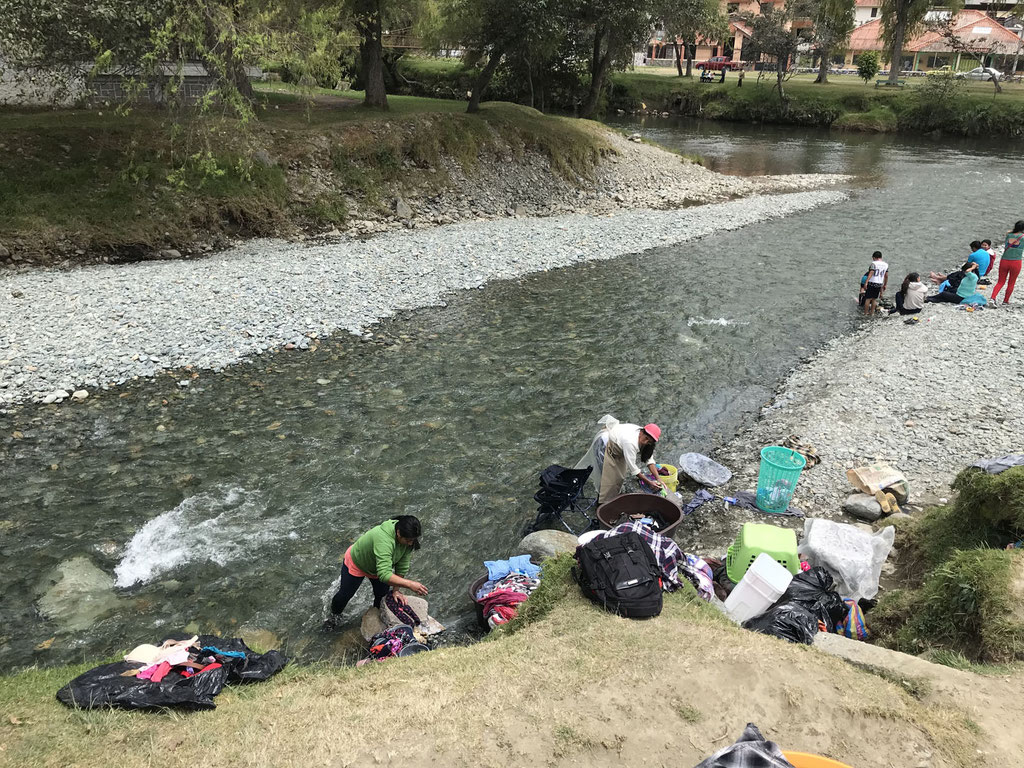 Waschtag am Fluss