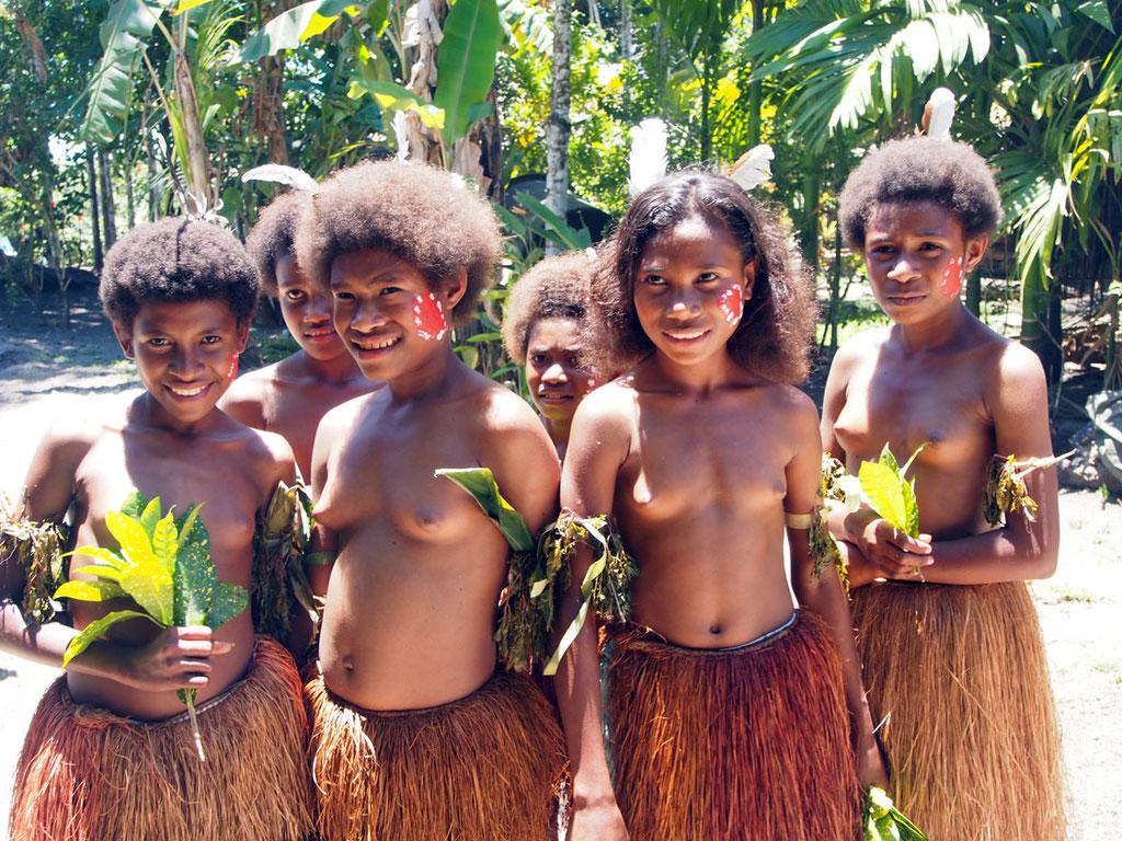 Papua Neuguinea: Mädchen in traditionellem Dress auf Fergusson Island