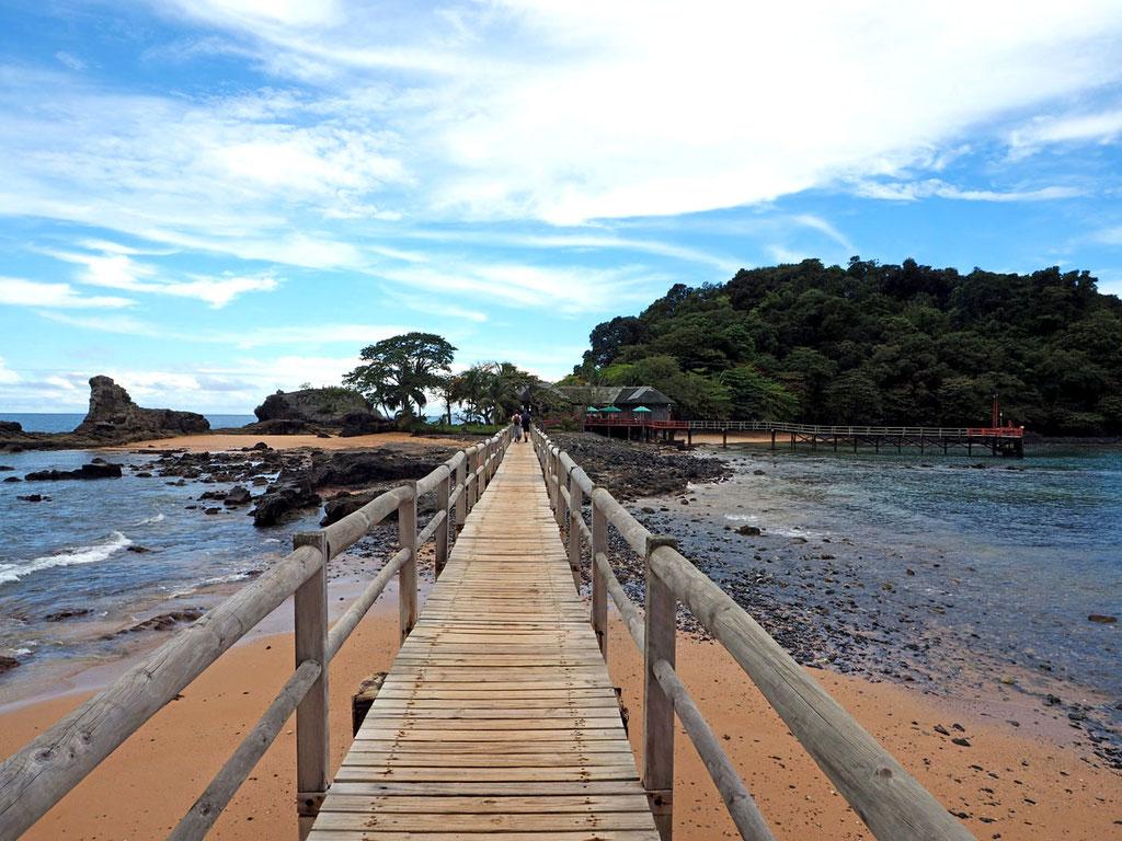 Sao Tome & Principe: das Restaurant des Bom Bom Island Resorts liegt auf einer eigenen kleinen Insel, die über einen Holzsteg zu erreichen ist.