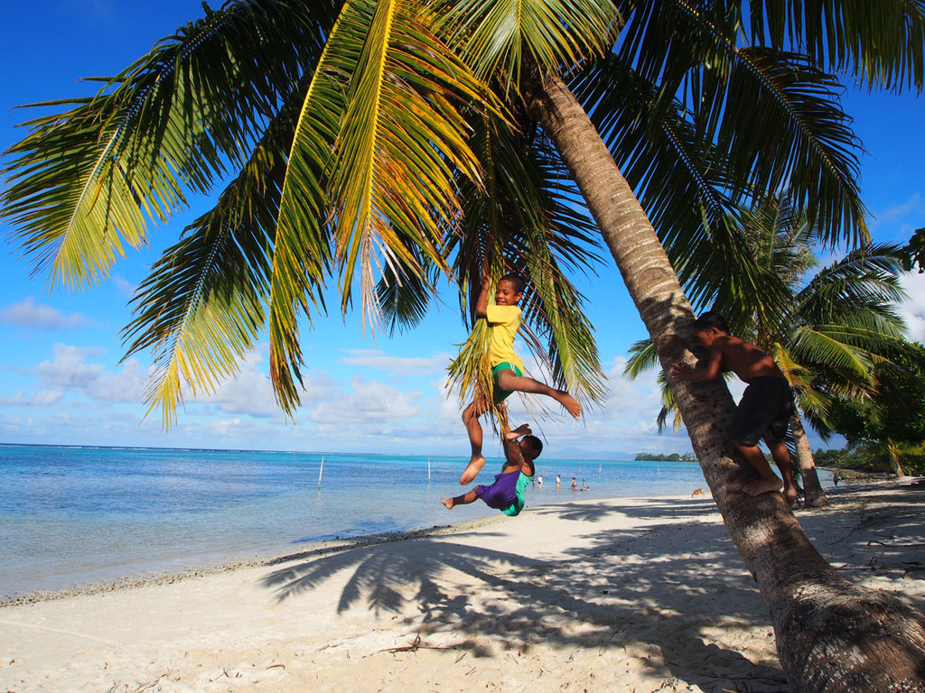 Samoa: Kinder spielen am Strand