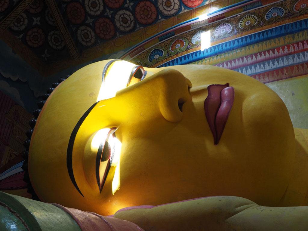 Sri Lanka: liegende Buddhastatue