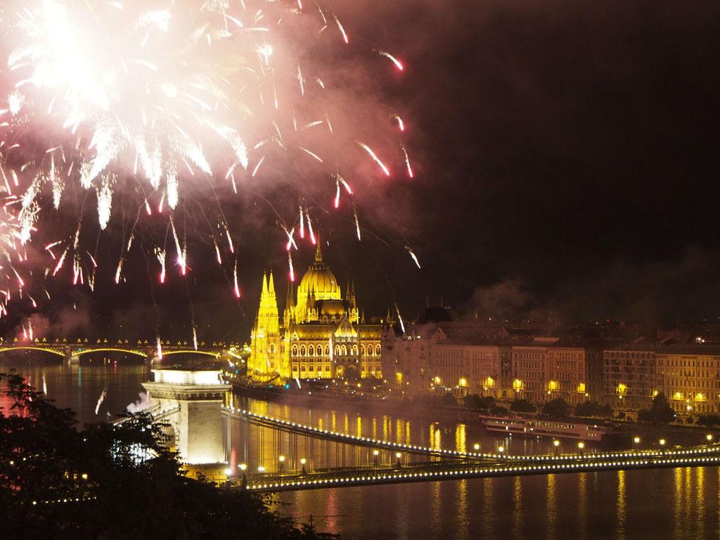 Budapest: Feuerwerk über der Donau am Nationalfeiertag