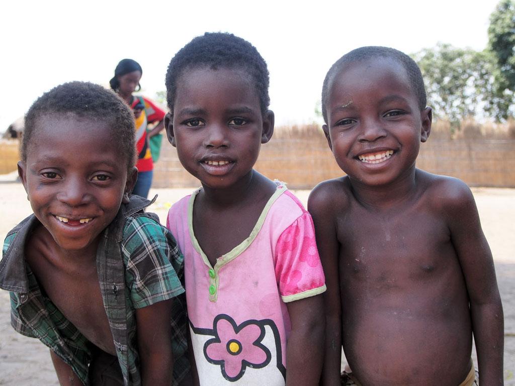 Malawi: neugierige Kinder