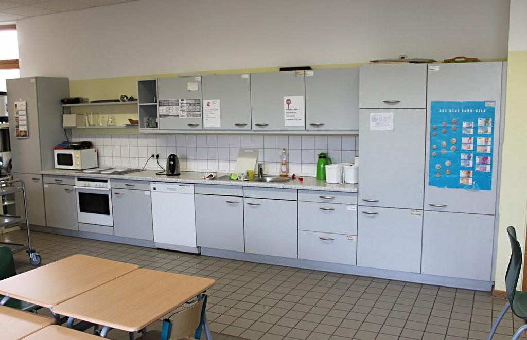 Die Küche wird zur Zubereitung von gemeinsamen Frühstücken, für die Koch-AG oder auch als Weihnachtsbäckerei genutzt.