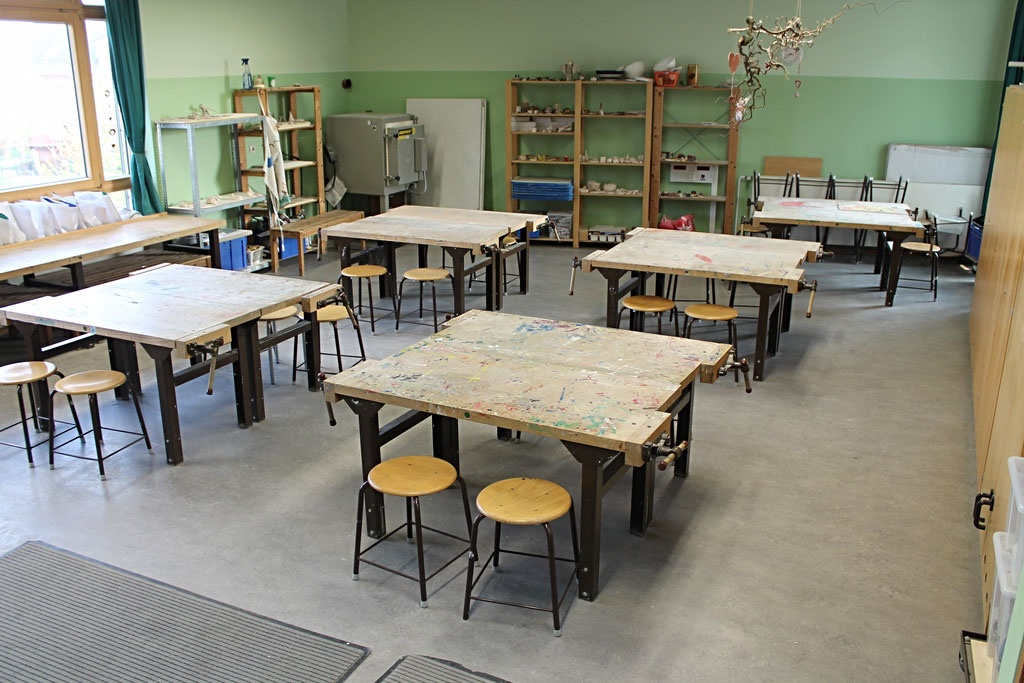 In unserem Werkraum haben die Kinder die Möglichkeit zu hämmern, sägen, töpfern und kreativ zu sein.