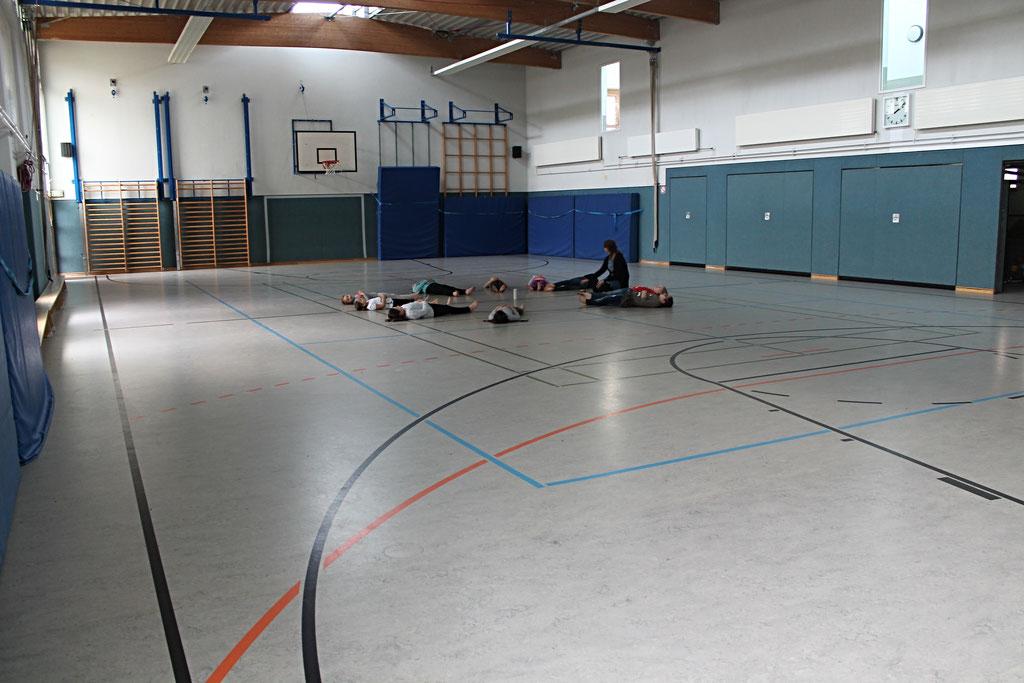 In der Turnhalle können sich die Kinder bewegen, richtig auspowern oder auch einfach mal beim Kinderyoga entspannen.