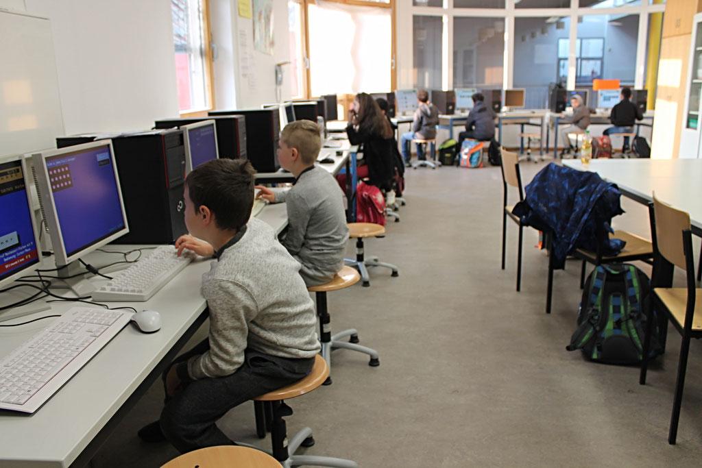 In unserem Computerraum lernen die Kinder den Umgang mit digitalen Medien.