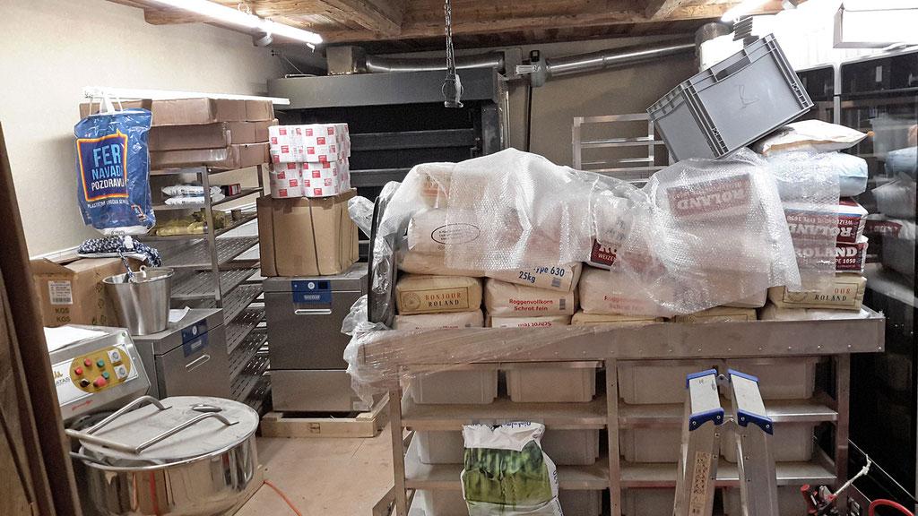 Die Mehlsäcke warten schon  auf dem fahrbaren Teigwagen auf ihre Bestimmung, um daraus bestes Brot zu backen.