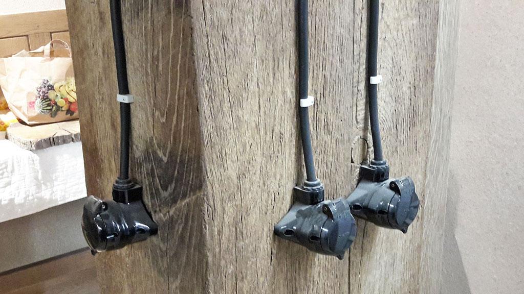 Schwarze Bakelit Steckdosen und Lichtschalter wie früher.
