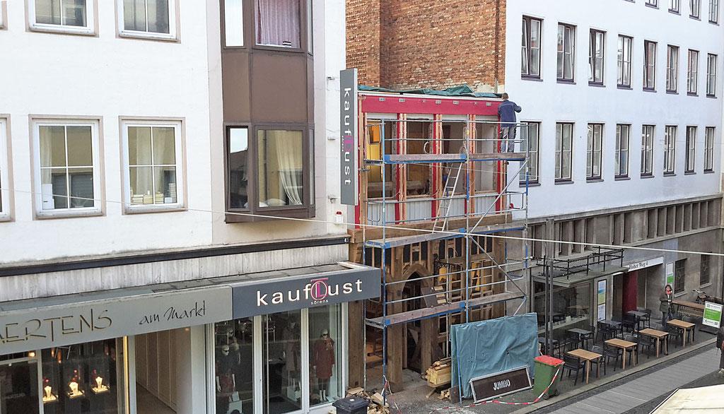 Wirleitner saniert und renoviert - Hausfassade aus Jahrhunderte alten Eichenbalken wieder hergestellt in Abstimmung mit dem Denkmalamt.