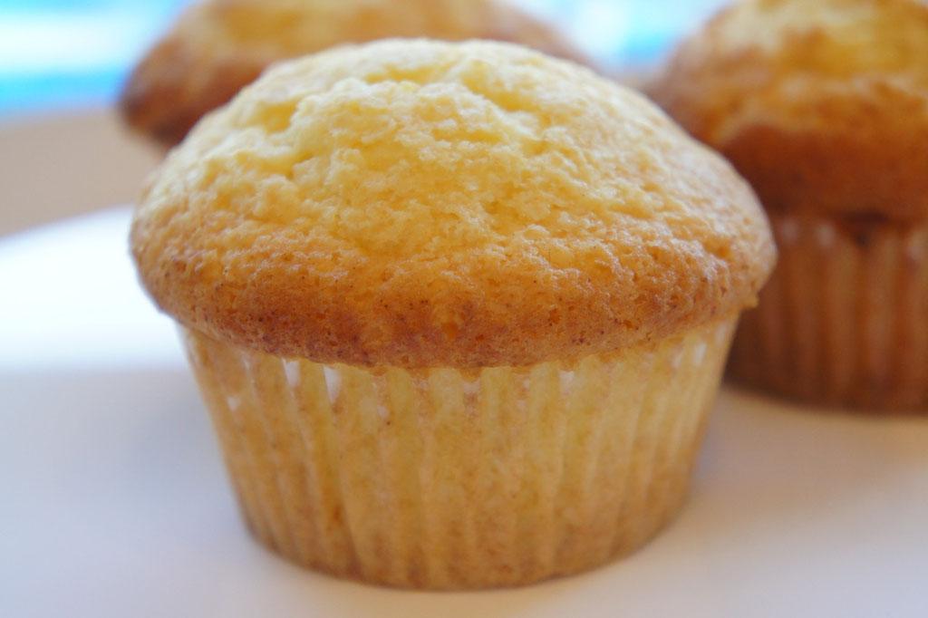 焼き菓子屋のマドレーヌ ; マフィンではありませんがバターを使わないでオリーブ油を使ったマドレーヌ。スペインの修道院のレシピを参考にしてあります。レモンの皮を使いサッパリと仕上げてあるため、軽い味わいでいくつでも食べられます。(国産レモンがある間のメニューです)