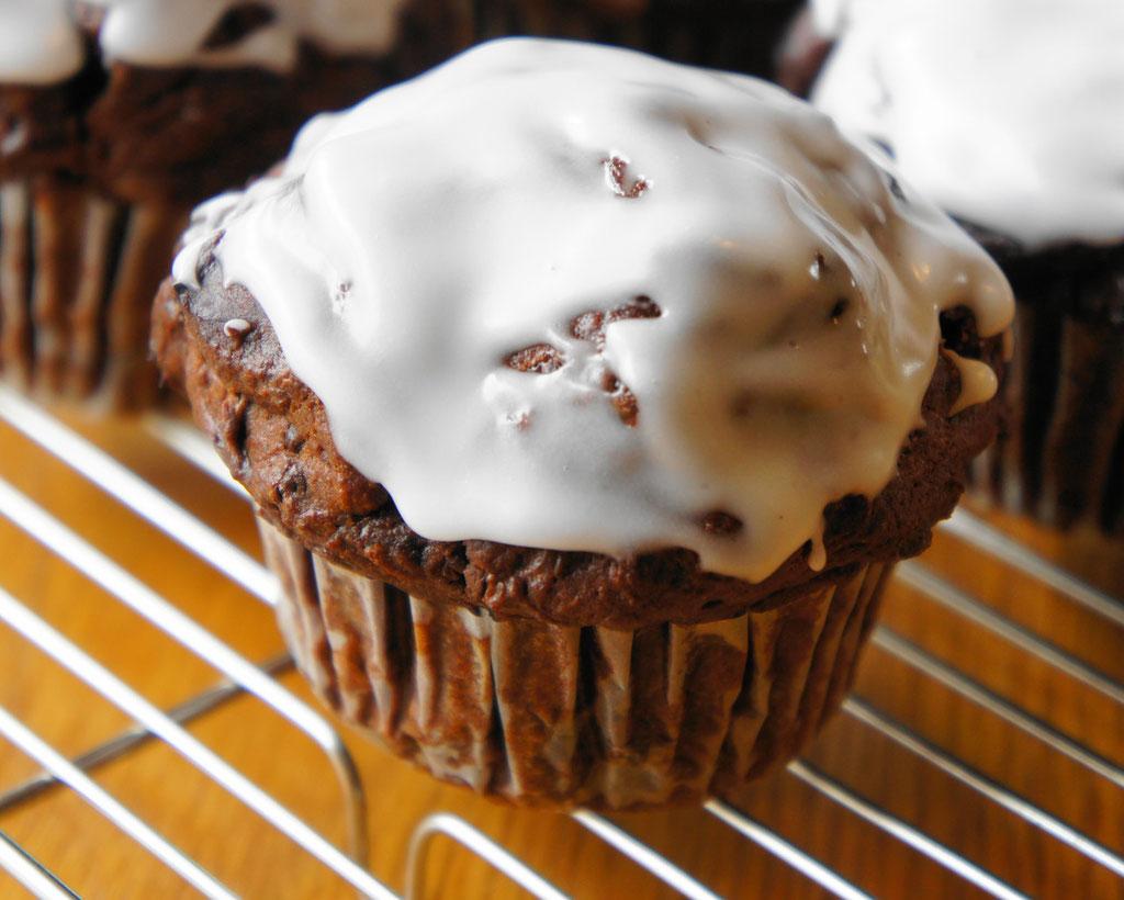 ミントチョコ ; ココア生地のクーベルチュールチョコマフィンにミントのアイシングを。すっきりと爽やかな味わい。